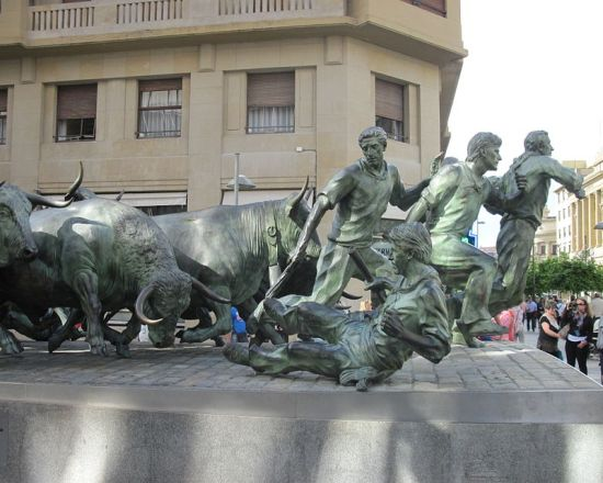 The Monument to the Running of the Bulls is an elegant cast bronze sculpture that stands in Avenida Roncesvalles and looks towards the emblematic Bull Ring of Pamplona.